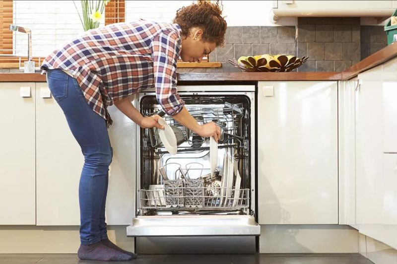 Xếp bát đĩa đúng cách giúp máy rửa bát hoạt động bền bỉ, hiệu quả.