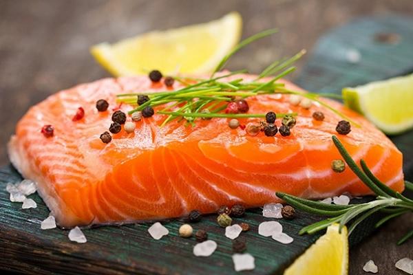Cá hồi là thực phẩm rất tốt cho xương khớp.
