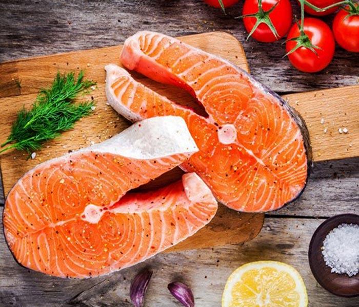 Cá hồi nhiều dinh dưỡng hỗ trợ rất tốt cho việc tăng cơ giảm mỡ.