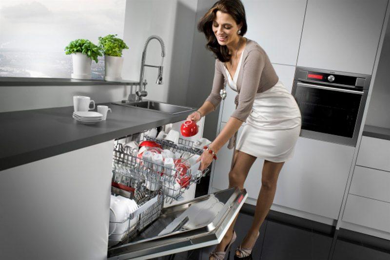 Bát đĩa ăn xong chỉ cần gạt thức ăn thừa rồi cho ngay vào máy rửa bát.