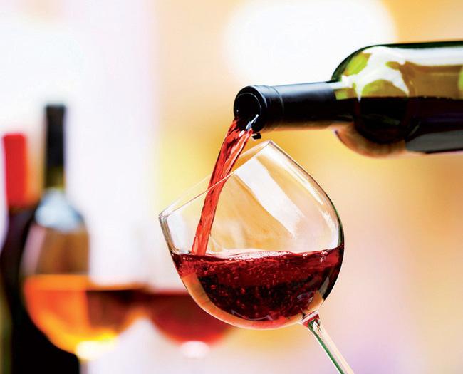 Mỗi ly rượu vang ngon lại có màu sắc đặc trưng riêng.