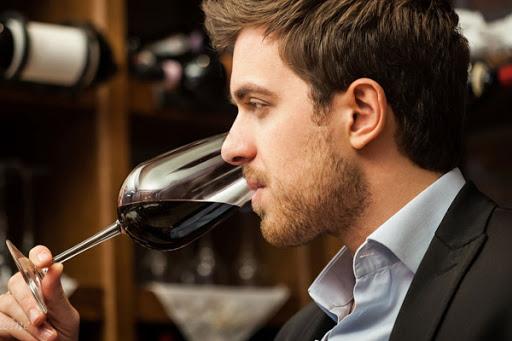 Thưởng thức rượu vang ngon cũng cần người sành điệu.