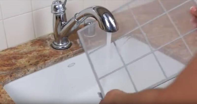 Rửa nhẹ nhàng màng lọc dưới vòi nước