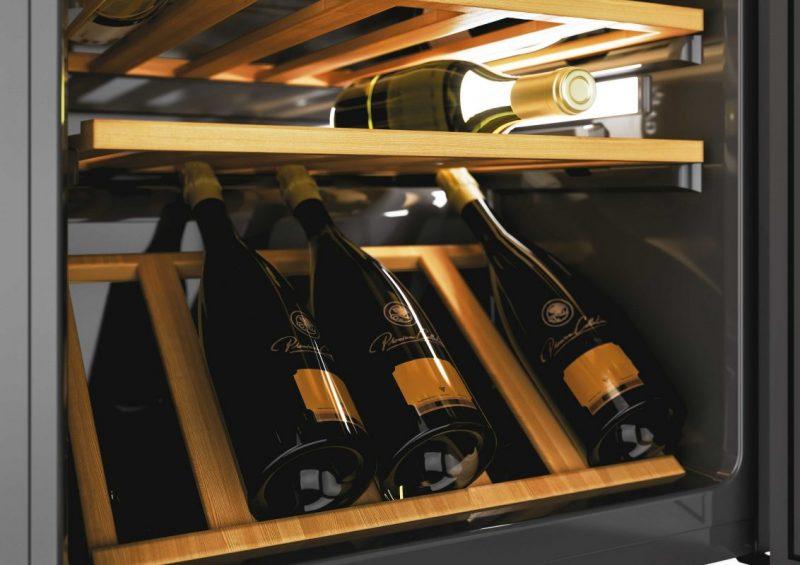 Các chai rượu vang chưa mở phải được để nghiêng trong tủ đựng rượu vang.