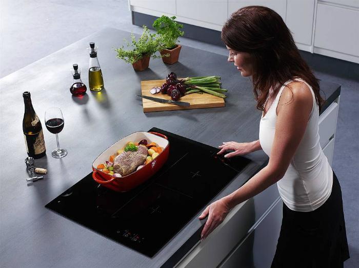 Nấu ăn bằng bếp từ rất tiện lợi và nhanh chóng
